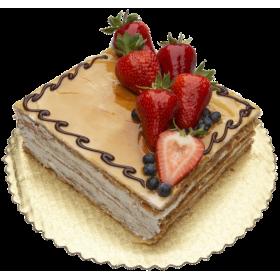 Торт праздничный квадратный с клубникой