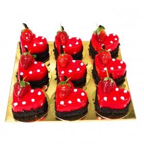 Ассорти из пирожных на день Святого Валентина