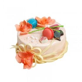 Праздничный торт в белой глазури украшенный цветами роз и макарони
