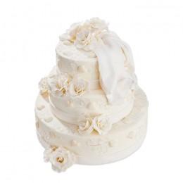 Свадебный торт  украшенный белыми розами и свадебной фатой